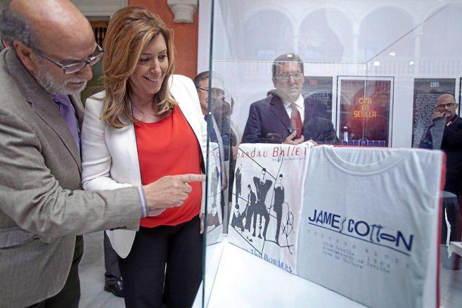 Bernardo Bueno señala una camiseta promocional de Spandau Ballet a...