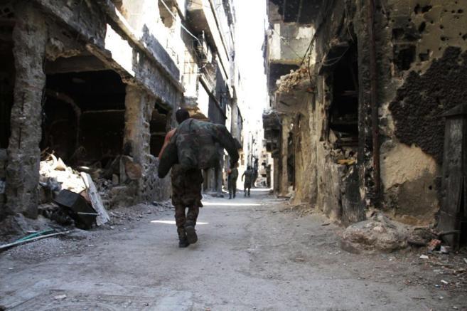 Un hombre camina por las ruinas del campo de refugiados de Yarmouk, en...