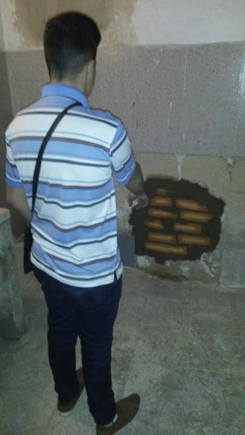 Un trabajador enseña uno de los butrones realizados por los cacos.