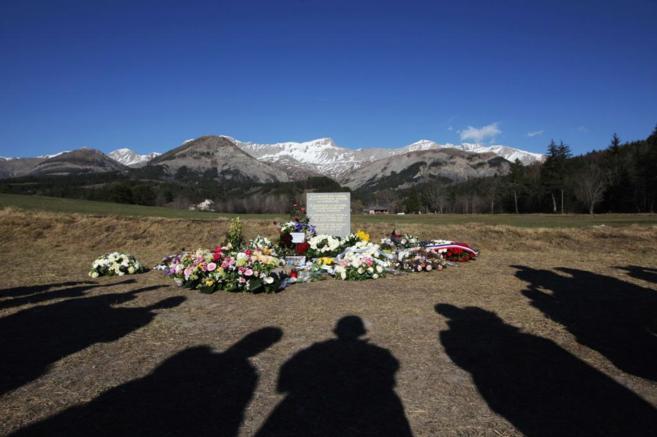 Homenaje a las víctimas a los pies de la montaña donde se estrelló...