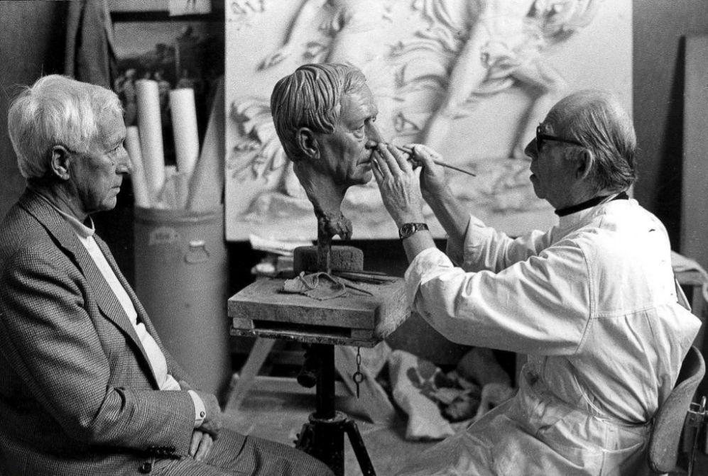 Ernst Junger posa para Arno Breker en 1985.