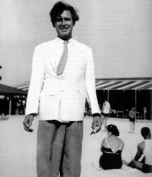 Manuel Altolaguirre, en una playa de La Habana.