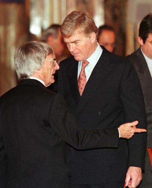 Ecclestone (izda) charla con Mosley, cuando era presidente de la FIA.