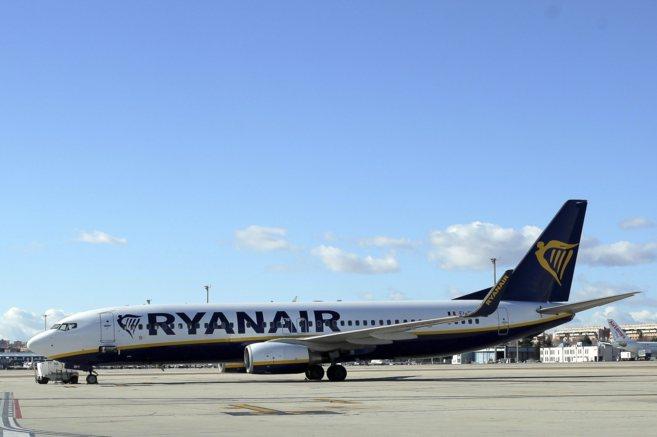 Un avión de Ryanair en la terminal T2 del aeropuerto Adolfo Suarez...