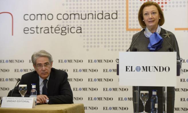 El presidente de Unidad Editorial, Antonio Fdez.-Galiano, y la...