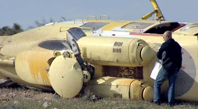 Un investigador junto al helicóptero accidentado.