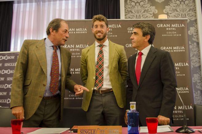 Escribano, entre Miura y Victorino, este lunes en Sevilla.