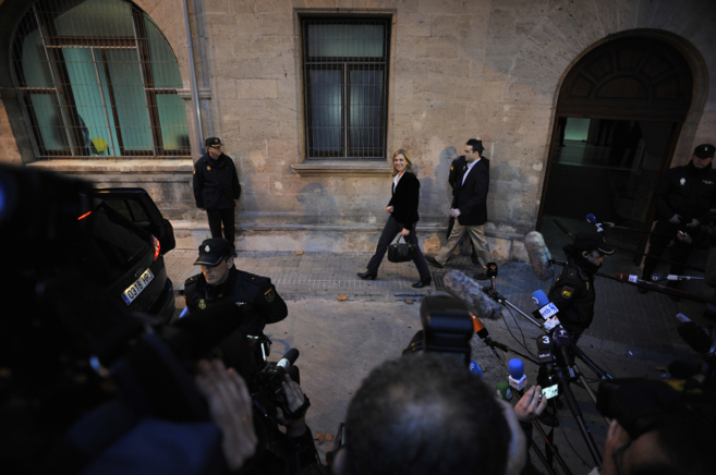 La Infanta Cristina a la salida de los juzgados de Palma tras declarar...