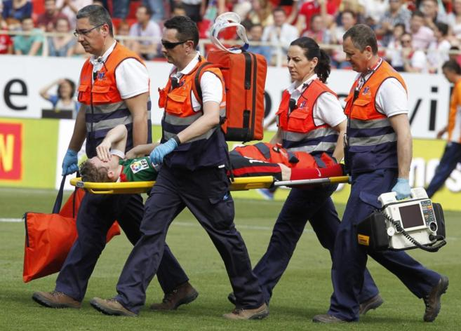 Iker Muniain, retirado en camilla tras lesionarse ante el Sevilla.