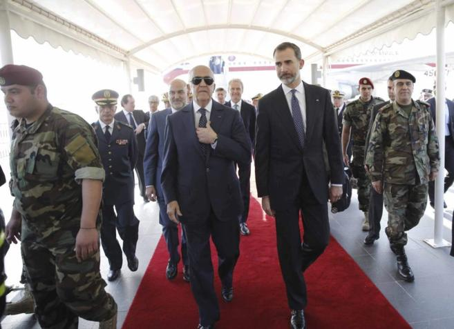 Felipe VI junto al viceprimer ministro libanés, Samir Mokbel, a su...