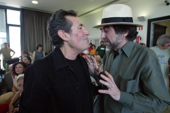 Miguel Ríos y Joaquín Sabina, juntos en un acto de apoyo a IU en el...