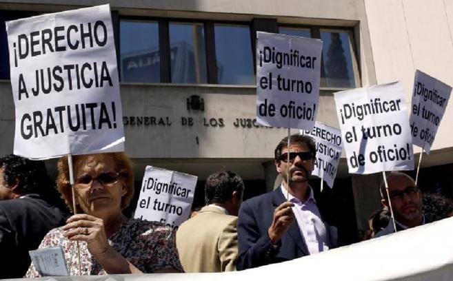 Abogados madrileños, protestando ante los juzgados de Plaza de...
