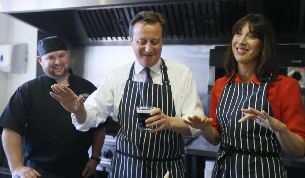 El primer ministro británico, David Cameron, con su esposa, Samantha,...
