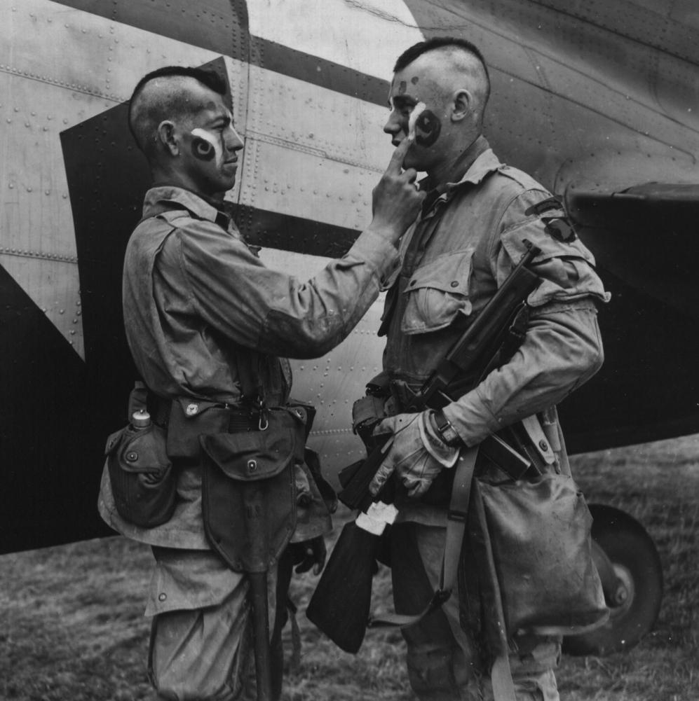 Dos paracaidistas se preparan para entrar en combate.