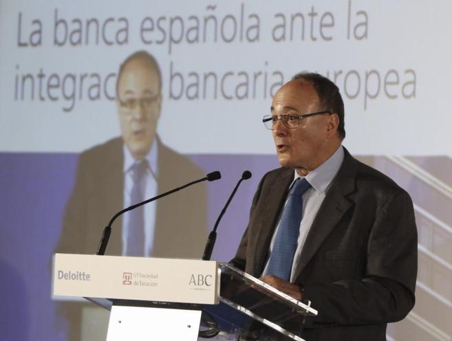 El gobernador del Banco de España, Luis María Linde, durante su...