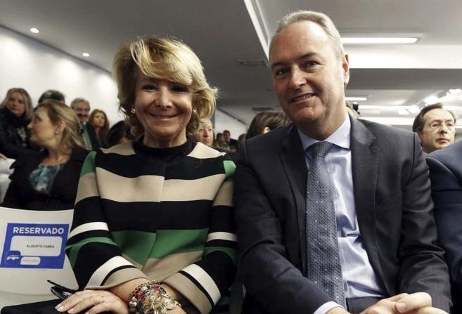 El presidente de la Generalitat, ayer, junto a Esperanza Aguirre en la...