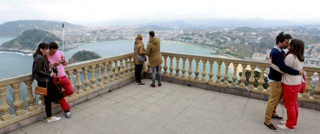 Varios turistas disfrutan en el mirador del parque de atracciones del...