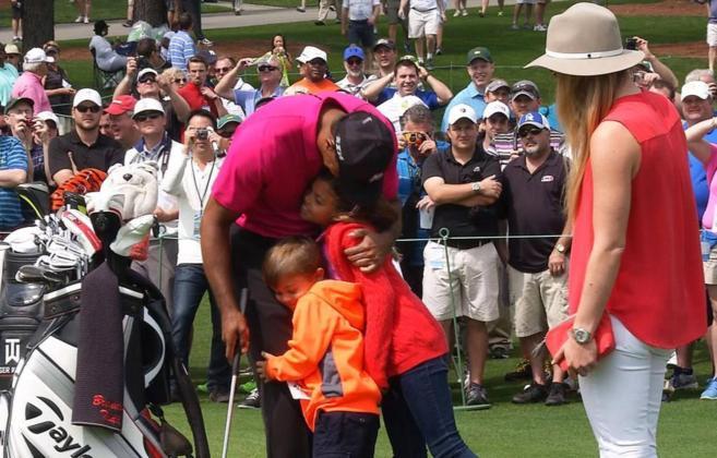 Tiger Woods abraza a sus hijos tras la primera sesión de prácticas...