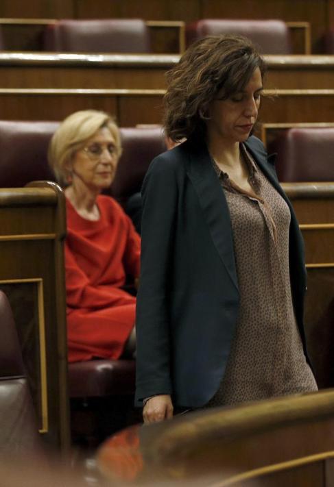 Irene Lozano, con Rosa Díez en segundo plano, en el Congreso.