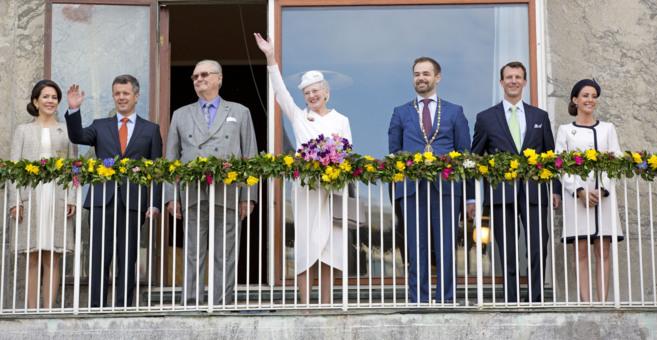 La familia real danesa. En el centro, la reina Margarita saludando a...