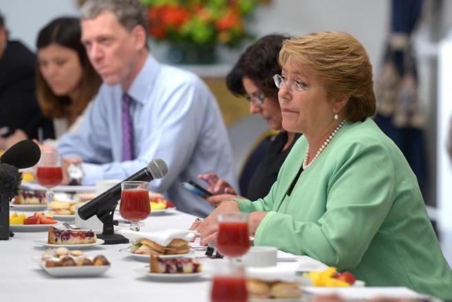 La presidenta de Chile, Michelle Bachelet, en un desayuno con...