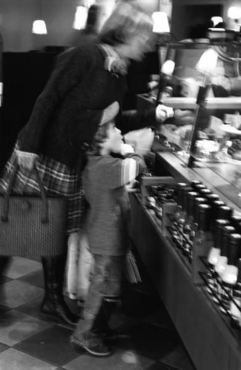 Una mujer y un niño, ante un mostrador.