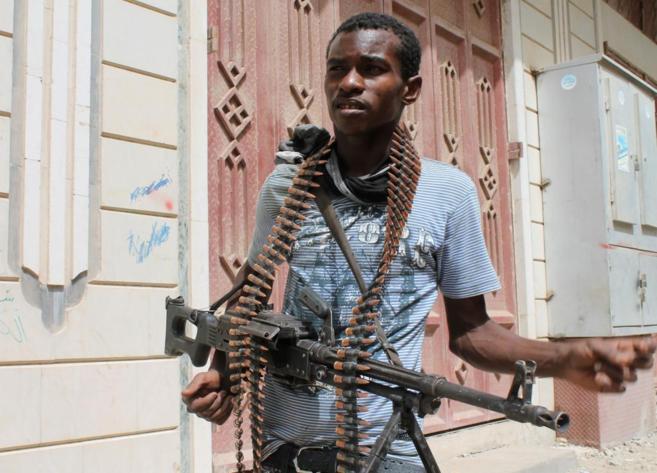 Un combatiente yemení, a las afueras de la ciudad de Adén.