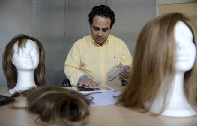 Alberto Jarillo accede a su tablet para comprobar el estado de los...