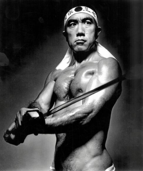 Yukio Mishima, escritor japonés, se suicidó mediante el seppuku