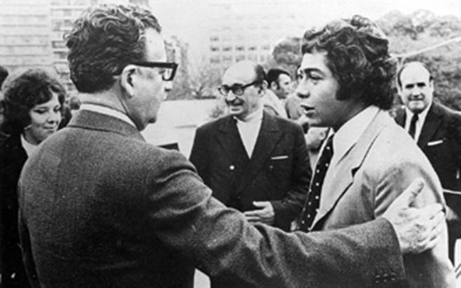 Salvador Allende, a la izquierda, saluda a un joven Carlos Caszely,...