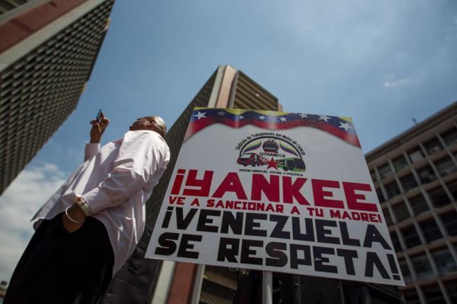 Un cartel contra las sanciones de EEUU a Venezuela, en Caracas.
