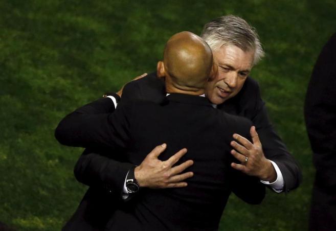 Ancelotti se abraza a Paco Jémez antes del encuentro.