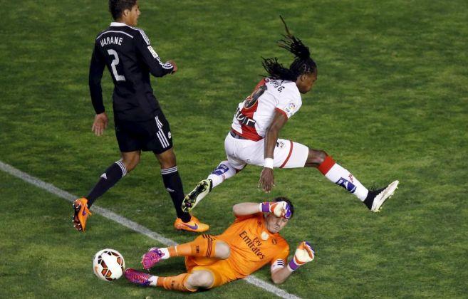 Casillas sale a los pies de Manucho para salvar un balón de peligro.