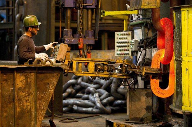 Un operario reliza un trabajo en la empresa vizcaína  Cadenas...