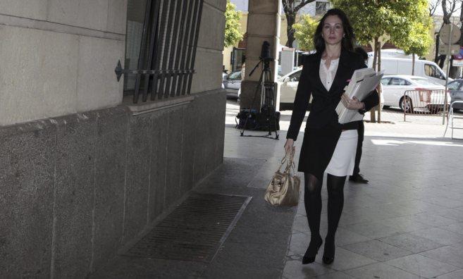 La juez Mercedes Alaya llegando a su juzgado en Sevilla.