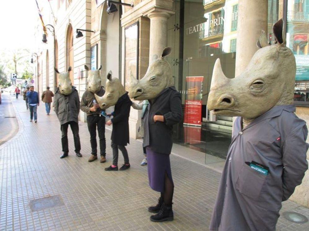 Los actores de la obra con la cabeza de rinoceronte en la puerta del...
