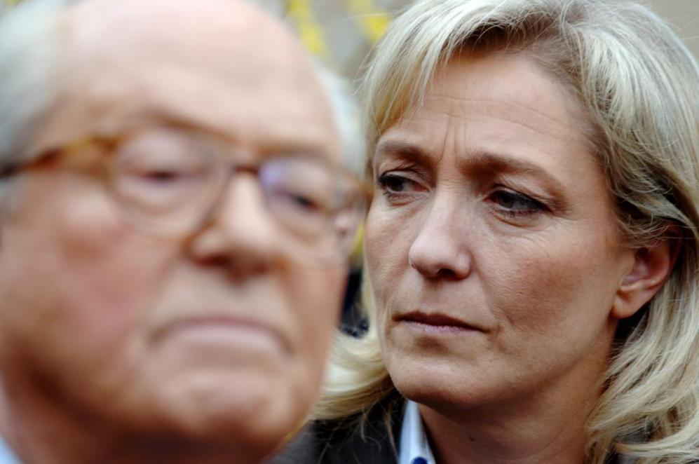 La líder del ultraderechista Frente Nacional, Marine Le Pen, y su...