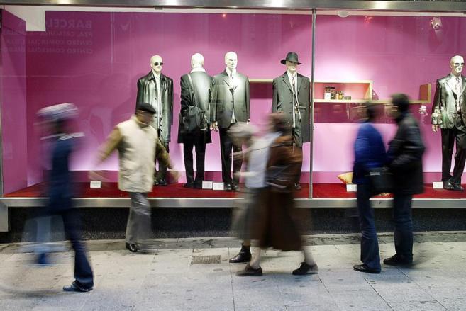Varias personas frente a un escaparate en el centro de Madrid.