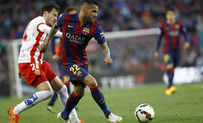 Alves, ante Espinosa, el miércoles en el Camp Nou.
