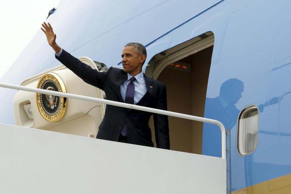 El presidente de EEUU, Barack Obama, sube al Air Force One.