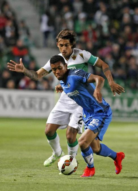 Hinestroza intenta controlar el balón ante Damián Suárez.