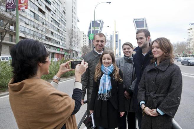 Turistas rusos se fotografían en el paseo de la Castellana