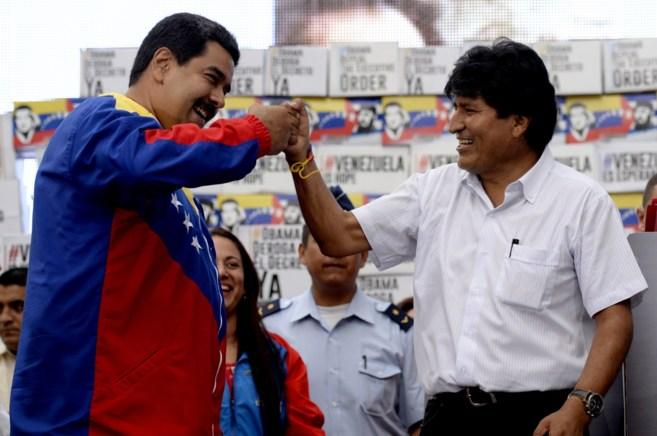 Nicolás Maduro (izda.) y Evo Morales, durante un acto para la...