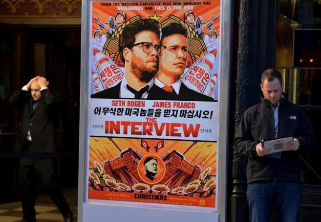 Un cartel de 'The interview', el día de su estreno en Los...