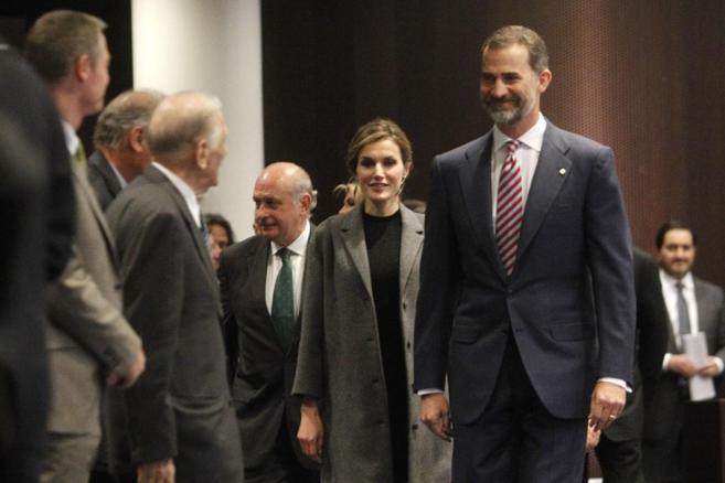 Los Reyes, acompañados del ministro del Interior, a su llegada a la...