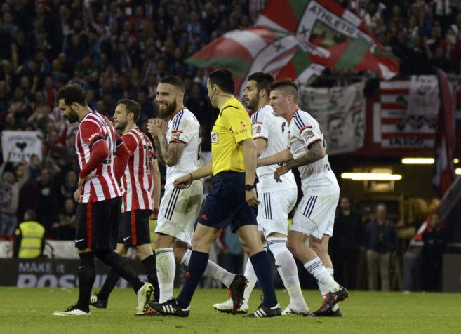 Otamendi conversa con Teixeira Vitienes tras ver la tarjeta roja en...