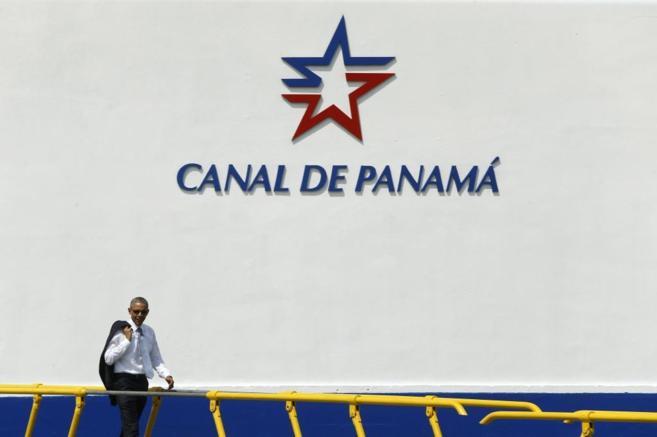 El presidente de EEUU, Barack Obama, camina por el canal de Panamá.