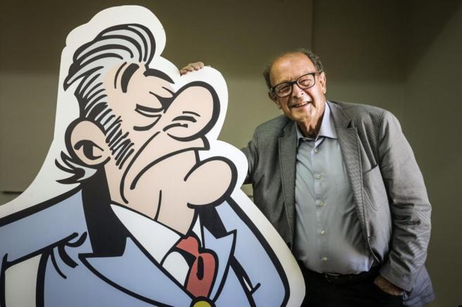 El dibujante Francisco Ibáñez, junto con una de las imágenes de un...