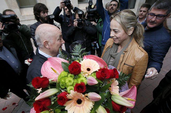 Castedo recibe flores de un vecino a la entrada del juzgado donde...
