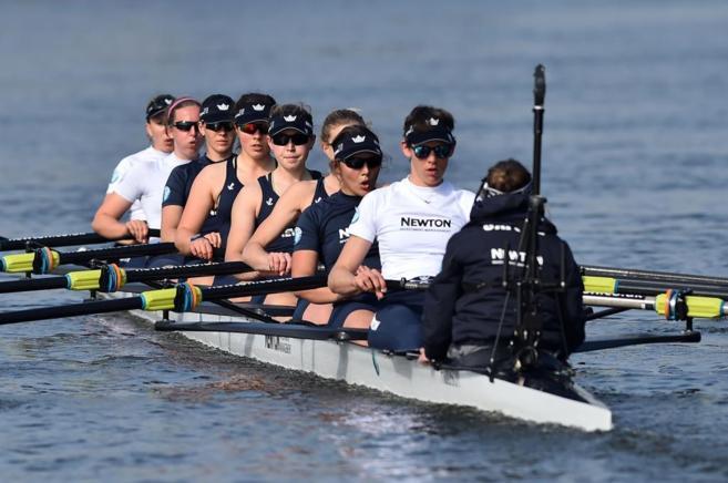 El equipo de regata femenino de Oxford durante un entrenamiento en el...